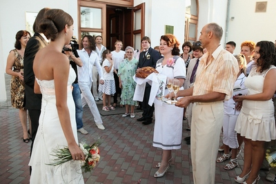 На свадьбе встреча молодых с караваем